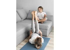 妈妈和女孩锻炼身体_8608012