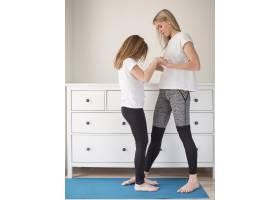 妈妈和女孩锻炼身体_8608024