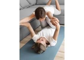 妈妈带着女孩锻炼身体_8623042
