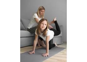 妈妈帮女孩锻炼身体_8608032