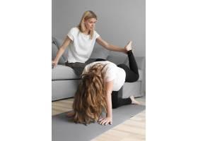 妈妈帮女孩锻炼身体_8608040