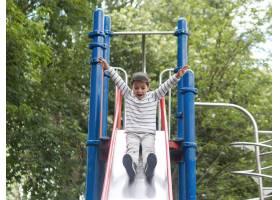 孩子们在公园里玩耍景色低矮_9010140