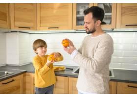 孩子和父亲在厨房里的中等镜头_7771056