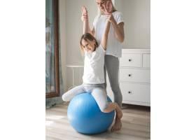 女孩在球上锻炼身体_8608043