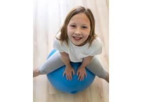 女孩在球上锻炼身体_8623054