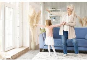奶奶和女孩在家里共度时光_8622889