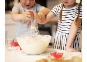 可爱的兄弟姐妹在家里做饭的前景_9007136