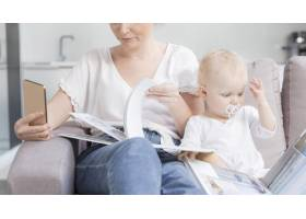 可爱的女婴和妈妈一起在家里_7936930