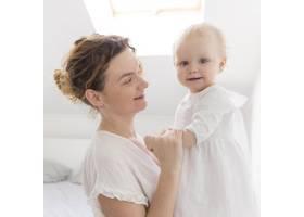 可爱的女婴和妈妈一起在家里_7936937