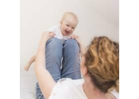 可爱的女婴和妈妈一起玩耍_7936850