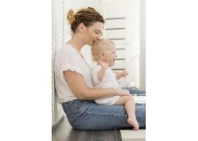 可爱的女婴和妈妈一起玩耍_7936923