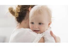 可爱的女婴和妈妈在一起_7936938