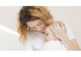 可爱的女婴和妈妈在一起_7936967