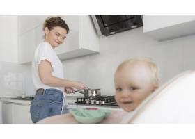 可爱的女婴妈妈在厨房里_7936917