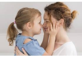 可爱的年轻女孩在家里拥抱母亲_7936871