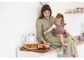台面上的母亲和女孩_8445735