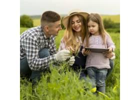 农场里的高角家庭带着平板电脑_8763043