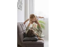 全景拍摄母亲抱着孩子_8445741