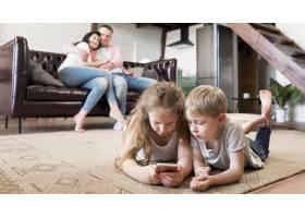 全景拍摄的孩子们躺在地板上_9093544