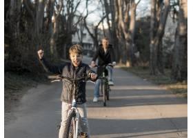 公园里骑自行车的父子俩_7733459