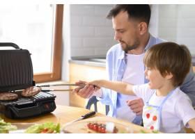 单亲父亲和孩子做汉堡包_7774856