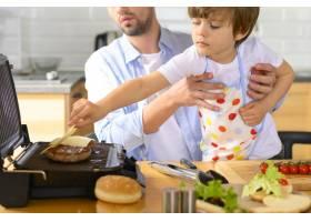 单亲父亲和孩子做美味的汉堡_7774853