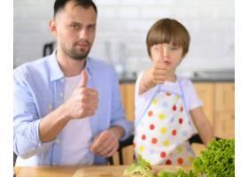 单亲父亲和孩子竖起大拇指_7774848