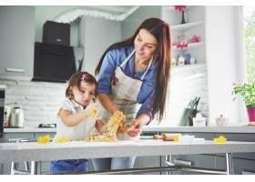 厨房里幸福的一家人母女俩准备面团烤饼_9124962