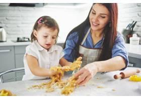 厨房里幸福的一家人母女俩准备面团烤饼_9125023