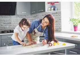 厨房里幸福的一家人节日食品概念母女俩_9146878