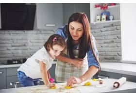 厨房里幸福的一家人节日食品概念母女俩_9146904