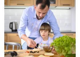 厨房里的单亲父亲和孩子_7774840