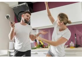 一对情侣在厨房里跳舞中等镜头_9010379