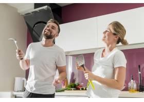 一对情侣在室内厨房里跳舞_9010377