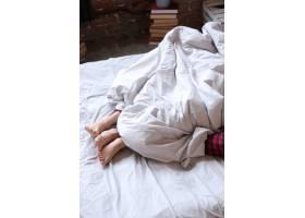 一对穿着双人睡衣躺在床上的夫妇可以看到_9108410