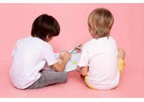 一对身穿白色t恤的男孩在粉色上画地图_8252639