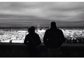 一男一女在傍晚欣賞城市風光_7630686