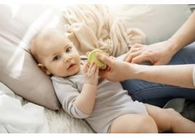 与年轻漂亮的妈妈一起玩玩具时可爱的小女_8811571