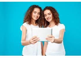 两个女人的双胞胎看着石碑笑得蓝蓝的_9029270