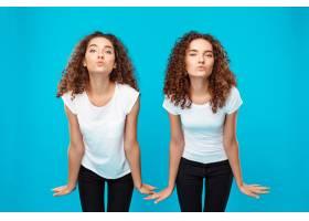 两个女人的双胞胎送来亲吻摆出蓝色的姿势_9029415