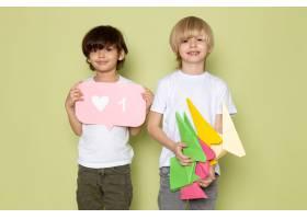 两个男孩身穿白色T恤和裤子在石色的空间_8252844