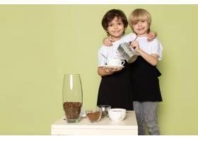 两个穿着白色T恤的快乐男孩在石色的空间上_8252628