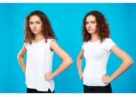 两对双胞胎女孩在蓝色墙上摆姿势双臂叉腰_8747368