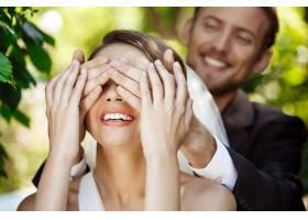 两对新婚夫妇面带微笑新郎用手捂住新娘的_7599910