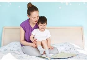 亲切的年轻母亲抱着小儿子的室内镜头聚精_8988685