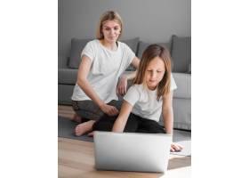 使用笔记本电脑的妈妈和女孩_8608001
