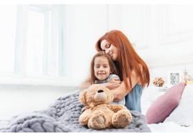 一个可爱的小女孩和妈妈一起玩玩具玩玩具_8452096
