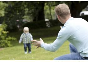一个年轻人和他的儿子玩耍_8023999