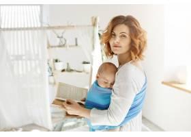 一位年轻漂亮的母亲的肖像胸前抱着熟睡的_8811780