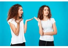 一名妇女对戴着蓝色耳机的双胞胎妹妹怨恨不_9029285